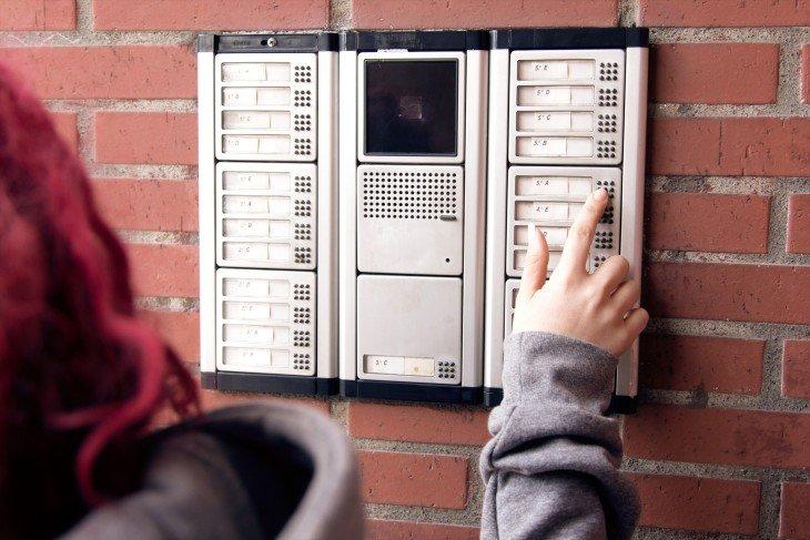 Interfon spoljašnja jedinica na zgradi